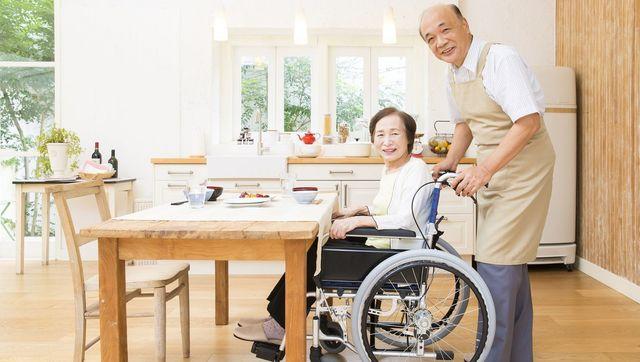 日本男性は女性に比べ、平均寿命が短いだけでなく、「不健康期間」も短いことがわかりました(写真:Ushico / PIXTA)