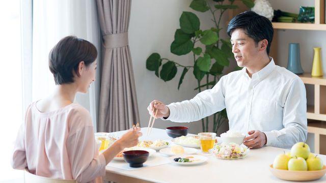 仲が良かったはずなのに離婚へ。離婚するなら慰謝料や財産分与、年金の話は避けて通れない(写真:xiangtao/PIXTA)