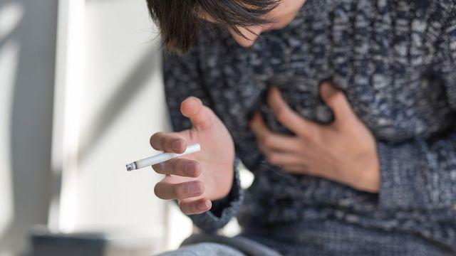タバコを吸うと、どのような影響があるのでしょうか(写真:EKAKI / PIXTA)