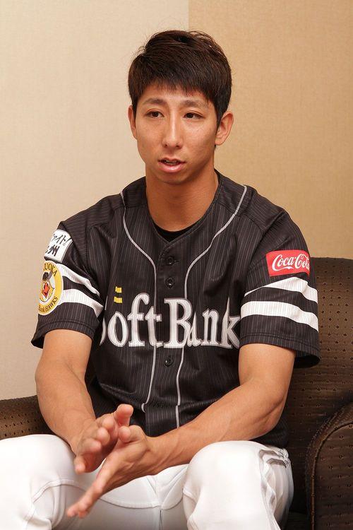 福田 秀平(ふくだ しゅうへい)/1989年2月10日生まれ、神奈川県横浜市出身。多摩大学附属聖ヶ丘高等学校卒。2006年高校生ドラフト1巡目で指名され、福岡ソフトバンクホークスに入団。昨シーズンは開幕戦に1番ライトでスタメン出場し、今シーズンは1年を通して1軍で活躍中。32回連続で盗塁を成功させた、日本プロ野球の連続盗塁成功記録保持者。幼少期は野球だけに留まらず水泳やサッカー等、複数の競技に挑んだ(撮影:田所千代美)