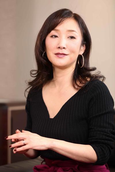 川崎 貴子(かわさき たかこ)/1972年生まれ。埼玉県出身。リントス代表取締役。1997年にジョヤンテを設立後、女性に特化した人材紹介業、教育事業、女性活用コンサルティング事業を展開。女性誌での執筆活動や講演多数。現在はninoya取締役、およびベランダ取締役として、共働き推奨の婚活サイト「キャリ婚」を立ち上げ、婚活結社「魔女のサバト」も主宰。「女性マネジメントのプロ」「黒魔女」の異名を取る(撮影:尾形文繁)