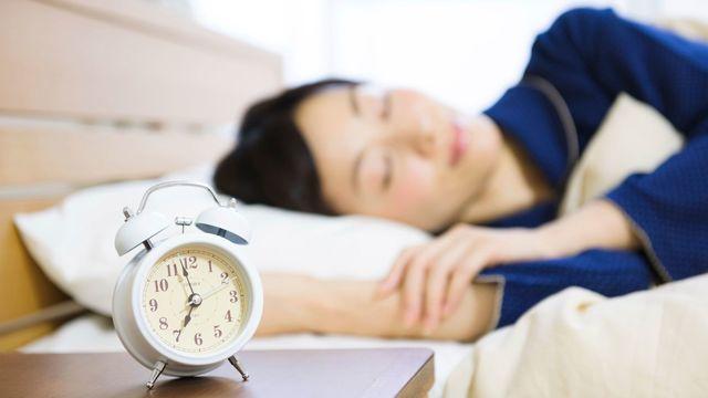 睡眠時間が短いとなぜ太りやすくなってしまうのでしょうか(写真 : kou / PIXTA)