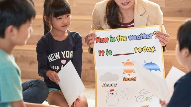 英語を学ばせるには周囲からの働きかけと、刺激が欠かせません(写真 : Greyscale / PIXTA)
